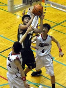 池田戦でチーム最多得点を挙げた金久の大迫(中央)=23日、蒲生総合体育館