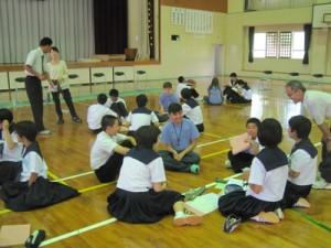 フリートークで交流するナカドウゥチェス市と笠利中の生徒ら=22日、奄美市笠利町の笠利中学校