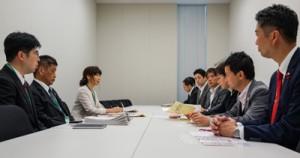 名瀬測候所の気象台格上げを要望する、奄美の未来を考える会(左)=26日、東京千代田区の衆議院第2議員会館
