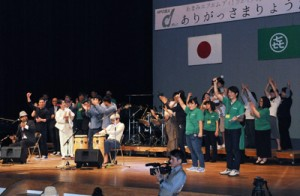 さまざまなアトラクションで開局10周年を祝った記念イベント(上)と、今後の抱負を語る麓理事長=7日、奄美文化センター