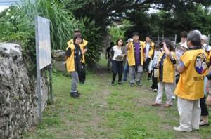 西郷松から西郷南州謫居跡までを巡る参加者ら=27日、龍郷町龍郷