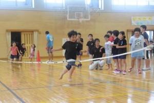 端午一心会。運動会を楽しむ子どもたち=5日、田検中体育館