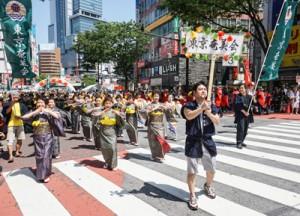 表現力、チームワークが高い評価を受け、グランプリ賞に輝いた東京奄美会女性部=21日、東京・渋谷