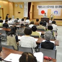 来年2月の女性大会開催を決めた総会=14日、奄美市名瀬