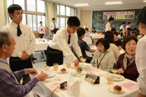 「奄美高校レストラン」で接客をする生徒と来店客=16日、奄美市名瀬