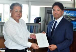 和泊町地域おこし協力隊の辞令を受けた金城さん(右)=8日、和泊町