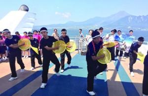 修学旅行先でヤッコ踊りなど披露し、沖永良部島をPRする知名中の生徒=18日、オーシャンアロー船内