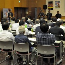 2017年度の事業計画などを決めた徳之島観光連盟の総会=18日、伊仙町