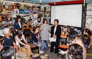 こずえさんが島口で自己紹介し、啓子さんが標準語訳。息の合った進行に来場者も感心=28日、横浜市