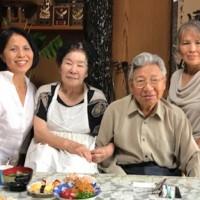 山田さん宅を訪れ62年前の感謝を伝えた森さん(写真左)と孝さん(同右)の姉妹=提供写真
