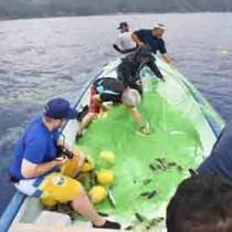 伝統のトビウオ漁を体験した参加者ら=15日、大和村大棚の沖合