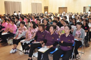 約200人が参加した大島地区地女連学習大会=3日、大和村