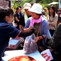 多くの来場者が列を作ったスモモ果実の販売コーナー=18日、大和村大棚