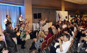 島唄のライブでも盛り上がった「奄美群島ナイト」=29日、鹿児島市の城山観光ホテル