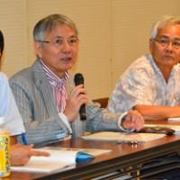 (左から)各分野の研究成果を発表した新里氏、高宮氏、渡久地氏、竹井氏=18日、奄美博物館