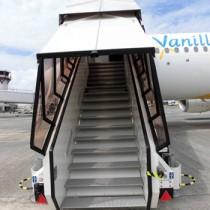 バニラ・エアが奄美空港で使用している乗降用のタラップ(バニラ・エア提供)