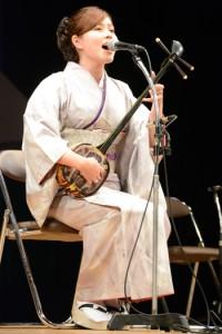 奄美民謡大賞を受賞した平田まりなさん=17日、奄美文化センター