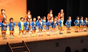 島唄を披露する母間保育所の園児ら=18日、徳之島町文化会館