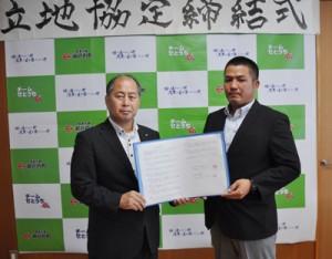 立地協定を結んだ里山興業の里山社長(右)と鎌田瀬戸内町長=26日、同町役場