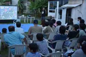 ウミガメの上陸、産卵状況などについて報告があったミーティング=24日、龍郷町安木屋場