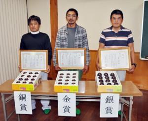 奄美市施設パッションフルーツ品評会の各賞受賞者=13日、同市名瀬