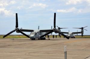 警告灯の点灯で緊急着陸した米軍の新型輸送機オスプレイ。後方は部品と整備要員を乗せて到着した機体=11日午前11時46分、奄美空港