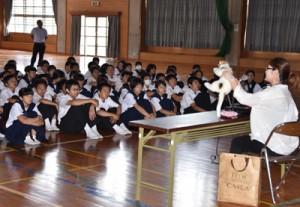 出前授業で猫の適正飼養を呼び掛けた久野さん(右)=10日、朝日中学校
