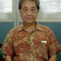 島唄をベースにした交響曲「ベルスーズ奄美」を作曲した山畑さん=2002年8月、南海日日新聞社