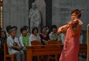 美しい音色で聴衆を魅了したバイオリニストの久保陽子さん=2日、奄美市名瀬