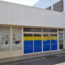 近く改修し、観光・交流の拠点施設としてオープン予定の空き店舗=8日、和泊町