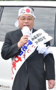 選挙出陣式の第一声で4期目への決意を語る伊地知実利氏=20日、和泊町手々知名