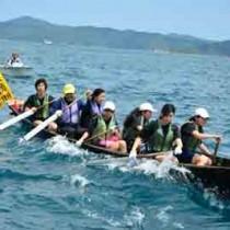 息を合わせ、懸命に舟をこぐ生徒たち=25日、瀬戸内町