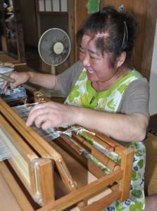 難病に負けす天然素材を使った商品を作り続ける川口さん=龍郷町嘉渡の自宅