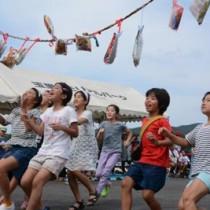 子どもたちも多く集まった龍郷町玉里集落の「浜下れ」=18日、龍郷町