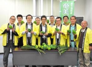 奄美パパイアの安定生産体制の確立と販売促進へ気持ちを新たにした近澤社長(前列左から2番目)と地元関係者ら=17日、徳之島町亀津