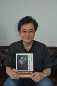 築地さんの自伝でインタビュー、構成を担った梁川教授=16日、南海日日新聞社