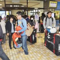 入り込み客が増加を続けている奄美群島=2016年12月、奄美空港