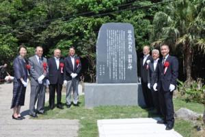 「笹森儀助島司 顕彰の碑」除幕式に出席した関係者=4日、龍郷町龍郷小浜地区