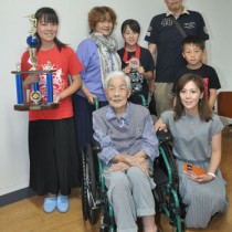 曽祖母の屋田シズ子さん(前列左)を訪問した亀井姉妹と家族=14日、奄美市名瀬