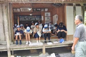西郷南洲謫居跡で説明を受ける参加者=28日、龍郷町