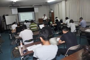 事業計画の手法などを学ぶ受講者=11日、奄美大島商工会議所