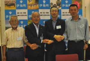 徳之島コーヒー生産支援プロジェクト事業を調印した4者の代表者ら=6月26日、伊仙町ほーらい館