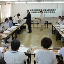 委員への委嘱状交付などがあった初会合=19日、奄美市役所