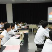 興さん説明を熱心に聞く生徒たち=12日、奄美市名瀬の県立大島高校