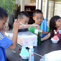 デザートのかき氷を楽しむ子どもたち=29日、奄美市名瀬小浜町