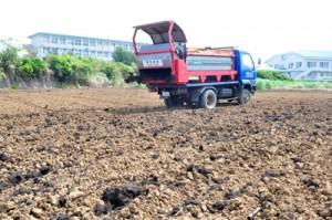 土づくりのため堆肥散布が行われているほ場=4日、知名町