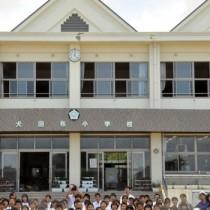 上空を飛行するドローンを見守る児童ら=20日、伊仙町犬田布小学校