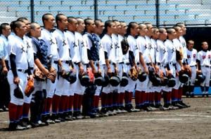 松陽戦に勝利して校歌を歌う大島高校ナイン=14日、鹿児島市の県立鴨池球場