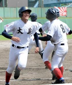 三回表、太月の左越打で濱田(背番号8)に続いて生還する重村=11日、鴨池市民球場