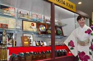 これまでに受賞したトロフィーやレコードなど約100点を展示している三沢あけみ記念館=11日、奄美市名瀬